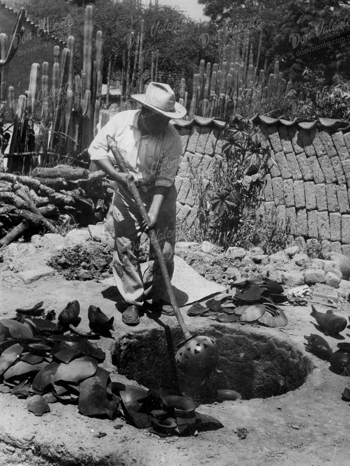 Don Valente Nieto en un horno antiguo