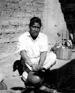 Don Valente Nieto moldeando en torno prehispánico